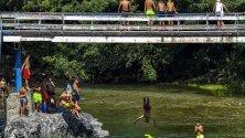 Човек скача от осем метров мост над река Треска край Скопие, Република Северна Македония.