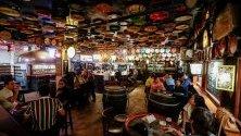 Хора пият бира в кафене Delirium, в Брюксел, Белгия.