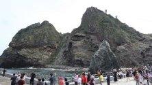Туристи отново посещават южнокорейските острови Докдо, затворени за шест дни заради високи вълни. Островите са окупирани от Южна Корея и претендирани от Япония, която ги нарича Такешима.