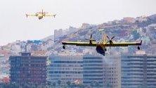 Самолети пълнят вода за гасене на горските пожари на Канарските острови. Пламъците са далеч от крайбрежните райони, които са популярна туристическа дестинация.
