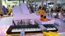 Робот свири на електронен орган по време на World Robot conference в Пекин, Китай.