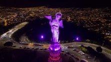 Статуята на Дева Мария, която се издига на хълма Панесийо в Кито, Еквадор, е огряна в розово като символ на борбата с рака на гърдата.