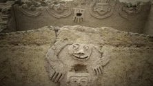 Изображение на жаба с човешко лице открито върху сграда, построена от цивилизацията Карал в Перу - най-старата цивилизация в Америка открита до този момент, живяла в долините на северна Лима.