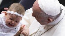 Папа Франциск по време на аудиенция с вярващи във Ватикана.