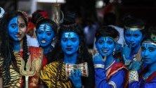 """Индийски колежанки облечени като Бог Кришна по време на празненствата за фестивала """"Джанамаштами"""" в Мумбай. С фестивала се чества раждането на Кришна."""