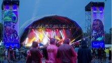 Музикални фенове по време на концерт на фестивала Rototom Sunsplash Music Festival, който се провежда във Валенсия, Испания.