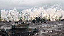 Стрелба от танкове по време на учение на японските сухоземни отбранителни сили в Готемба,  Централна Япония. В стрелбите участват около 2400 войници, 80 танка и БТР-и и 20 самолета.