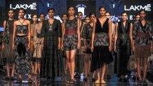 Модели дефилират с облекла на индийския дизайнер Сонал Верма по време на модната седмица Лакме в Мумбай. Своите колекции ще представят над 75 дизайнери.