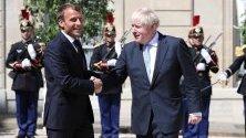 Франският президент Еманюел Макрон се среща с новия британски премиер Борис Джонсън относно Brexit.