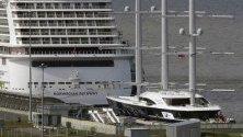 """Яхтата """"Черна перла"""" на руския бизнесмен Олег Бурлаков на пристан в Санкт Петербург, Русия. Счита се, че това е една от най-големите яхти в света."""