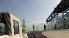 """Жена пресича стъклен мост на покрива на 26-етажният нов луксозен хотел """"Риу"""", разположен в легендарната сграда Еспаня в Мадрид, Испания."""