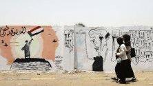 Младежи от Судан минават край графити в Хартум, нарисувани веднага след номинацията на новия премиер. Улиците бяха почистени от всички графити по заповед на властите, но младежите отново излязоха, за да възстановят спомените от бунтовете, в които са участвали.