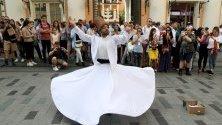 """Въртящи се дервиши по централната улица в Истанбул Истиклял.  Това е древен ритуал, който комбинира музика и поезия на """"Мевляна"""" Джалал ад-Дин Мухаммад Ал-Руми - представител на суфизма, митична форма на исляма, която проповядва толерантност и любов."""