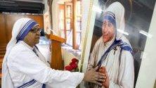 Монахиня се моли пред портрет на Майка Тереза по време на масова служба по повод 109-тата годишнина от рождението на светицата, Калкута, Индия.