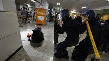 Южнокорейски войници участват в антитерористично учение на жп гара в Сеул.
