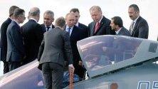 Путин и Ердоган разглеждат руския изтребител Су-57.