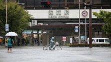Наводнена улица в град Сага, Япония. Евакуирани са близо 850 000 души в три префектури в Западна Япония заради наводнения и свлачища.