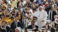 """Папа Франциск пристига с папамобила си за аудиенция на площад """"Свети Петър"""" във Ватикана."""