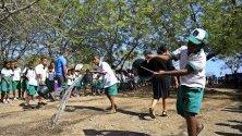 Ученици от Източен Тимор разливат вода в двора на училището си в Дили по повод 20-тата годишнина от референдума в страната и пристигането на международните сили INTERFET.