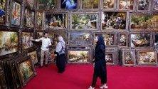 Посетители на 28-тата изложба на ръчно произведени килими в Техеран, Иран. Страната изпитва 30%-ен спад на износа на килими заради санкциите.