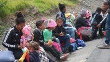 Венецуелци чакат край пътя на границата между Колумбия и Еквадор. Хиляди венецуелци чакат от колумбийската страна дали ще им бъде дадено разрешение да влязат в Еквадор.