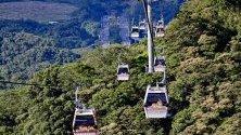 Хора се возят върху въжена транспортна линия Maokong Gondola в Тайпе, Тайван.