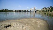 Ниско ниво на река Тиса в Унгария край хидроелектрическата централа в Кишкоре.