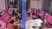 """Мигранти спят на борда на неправителствения кораб """"Mare Jonio"""" в Лампедуза, Италия. Мигрантите, сред които много бременни жени и деца, бяха спасени от лодка край бреговете на Либия."""