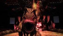 Алозавър се разхожда по време на live шоуто `Walking with Dinosaurs The Live Experience`, което ще остане в Сингапур до 8 септември.