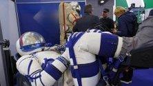 """Прототип на новия космически костюм SOKOL-M, разработен от НПП """"Звезда"""", изложен на авиосалона МАКС 2019 в Москва."""