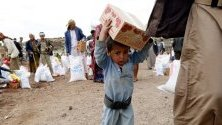 Дете пренася хранителни помощи в покрайнините на йеменската столица Сана. Продължаващият конфликт създаде най-тежката хуманитарна криза в света - 80% от 26-милионното население на Йемен преживява благодарение на помощи.