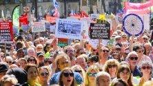 """Протест пред """"Даунинг стрийт"""" в Лондон срещу Brexit и разпускането на парламента под мотото """"Спрете преврата""""."""
