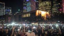 Студенти са вдигнали включени телефони по време на митинг в Хонконг. Протестите, избухнали в началото на юни, са насочени срещу закона за екстрадицията, прераснали в протести срещу правителството.