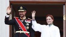 Норвежката принцеса Ингрид Александра и баща й принц Хаакон от балкона на двореца в Осло след нейната конфирмация пред Църквата - преповтаряне на обещанията, дадени по време на кръщаването на даден човек.