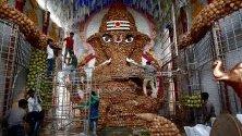 Подготовка на гигантски бог Ганеша (Слонът-бог) от кокосови орехи за фестивала Ганеша Чатурти в Бангалор, Индия. Фестивалът е в деня, в който бог Ганеша - син на Шива и Парвати,  се явява на хората и се чества като негов рожден ден.