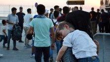 Гърция прехвърля мигранти от претъпкания лагер на остров Лесбос към вътрешността на страната.