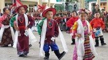 Тибетски деца, живеещи в изгнание в Индия, изпълняват традиционен танц за 59-тата годишнина от Деня на тибетската демокрация.