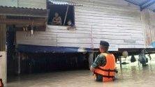 Тайландски войник разговаря с бедстващи хора в наводнена къща в провинция Пичит. Наводненията бяха причинени от тропическата буря Подул в няколко тайландски провинции.