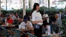 Сервитьорка в ресторант в Барселона. Испанската безработица през август отбеляза третият си най-висок ръст от 2010-а.