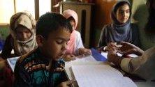 Деца от Кашмир се обучават в предградията на Шринагар, Индия. Правителството премахна специалния статут на Кашмир в Конституцията на страната.