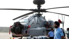 Индийските военновъздушни сили представиха нови хеликоптери Apache AH-64E.