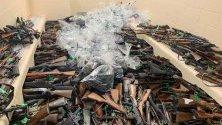 Полицията в Нова Зеландия показва събраните оръжия, изкупени от правителството от собствениците им. След кървавата стрелба в страната през март правителството наложи забрана на конкретни полуавтоматични оръжия и въведе схема за обратното им изкупуване.