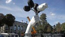 """Строеж на инсталацията """"Букет от лалета"""" на американския творец Джеф Куунс край Шанз-Елизе в Париж."""