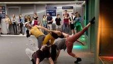 Танцьори правят човешка статуя на метростанция в Будапеща по време на международния арт фест PLACCC.