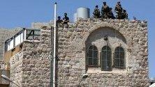 Израелски патрул край джамията Ибрахими в Хеброн, на Западния бряг. Мерките за сигурност са засилени в Стария храд на Хеброн заради визита на премиера на Израел Бенямин Нетаняху.