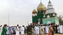 Дервиш-суфист участва в ритуал край джамия в Омдурман, Судан. Всеки петък суданци участват в ритуал на въртящите се дервиши - мюсюлмани, следващи философията на суфизма.