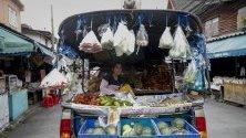 Продавачка на плодове и зеленчуци от камионче в Банкок, Тайланд.