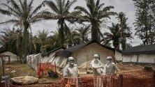 Здравни работници в център за лечение на ебола в Мангина, ДР Конго. Епидемията досега е убила над 2000 души.