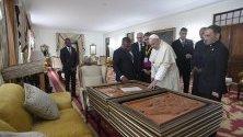Папа Франциск по време на срещата си с президента на Мозамик Филипе Нюси. Светият отец е на обиколка на три африкански държави.