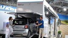 Автомобил Smart, паркиран в кемпер Vario по време на къмпинг изложението Caravan Salon в Дюселдорф, Германия.